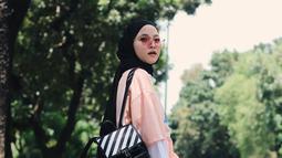 Kacamata memang tak hanya melindungi dari sinar matahari, penampilan wanita kelahiran Lumajang dengan lensa berwarna merah yang senada dengan bajunya ini membuat wajahnya terlihat cerah. (Liputan6.com/IG/@nissa_sabyan)