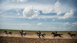 Sejumlah perserta memacu kudanya saat bersaing dalam festival kuda Arab di Karhuk, Hassakeh, Suriah (5/5/2019). Kuda-kuda tersebut berasal dari seluruh bagian timur laut Suriah bertemu untuk balapan. (AP Photo/Baderkhan Ahmad)
