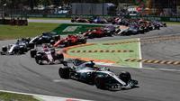 Pembalap Mercedes Lewis Hamilton memimpin balapan pada putaran pertama dalam balapan F1 GP Italia, di arena Monza, Italia (3/9). (AP Photo/Luca Bruno)