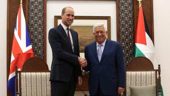Pangeran William dari Inggris berjabat tangan dengan Presiden Palestina Mahmud Abbas di Tepi Barat Kota Ramallah, (27/6). Pada kunjungannya, Pangeran William mengharapkan perdamaian abadi di Timur Tengah. (AFP PHOTO / Pool / Alaa Badarneh)#source%3Dgooglier%2Ecom#https%3A%2F%2Fgooglier%2Ecom%2Fpage%2F%2F10000