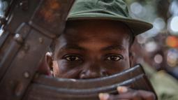 Seorang tentara anak yang baru dibebaskan menghadiri upacara pelepasan di Yambio, Sudan Selatan, (7/2). Pembebasan tentara anak kali ini menjadi yang pertama kali dengan jumlah anak perempuan terbanyak.  (AFP PHOTO/Stefanie Glinski)