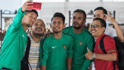 Irfan Bachdim, Andik Vermansah dan Zulham Zamrun foto-foto bersama fans saat berada di Hotel. (Bola.com/Vitalis Yogi Trisna)
