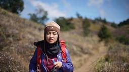 Gadis kelahiran Depok, Jawa Barat ini tampak menunjukkan muka kepayahan. Dengan tetap membawa bagpack dan air minum di depannya, ia tampil menggunakan jaket gunung berwarna biru. Kupluk berwarna coklat terpasang di kepalanya.  (Liputan6.com/IG/@arafahrianti)