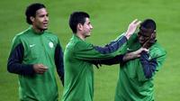 Penyerang anyar Persebaya Surabaya, Amido Balde (kanan), sempat berada satu tim dengan bek Liverpool, Virgil van Dijk (kiri), di Celtic pada musim 2013-2014. (AFP/Lluis Gene)