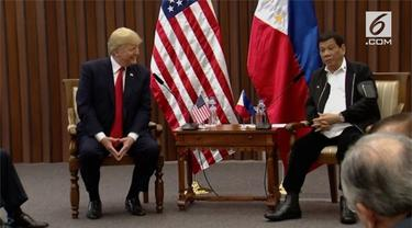 Presiden Duterte dan Presiden Trump melakukan pertemuan bilateral. Dalam pertemuan tersebut, kedua presiden saling memuji satu sama lain.
