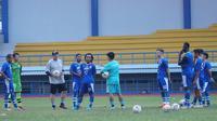 Pelatih Persib Bandung Robert Alberts memberikan pekerjaan rumah kepada pemainnya saat menjalani libur. (Huyogo Simbolon)