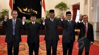 Ketua sementara KPK Taufiequrrachman Ruki, bersama Wakil Ketua sementara KPK Johan Budi, Indriyanto Senoadji, Adnan Pandu Praja dan Zulkarnain berfoto bersama usai pelantikan di Istana Negara, Jakarta, Jumat (20/2/2015). (Liputan6.com/Faizal Fanani)