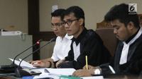 Ekspresi terdakwa dugaan suap pengadaan satelit monitoring Bakamla, Fayakhun Andriadi (kiri) saat sidang lanjutan di Pengadilan Tipikor, Jakarta, Rabu (10/10). Sidang mendengarkan keterangan saksi ahli kuasa hukum terdakwa. (Liputan6.com/Herman Zakharia)