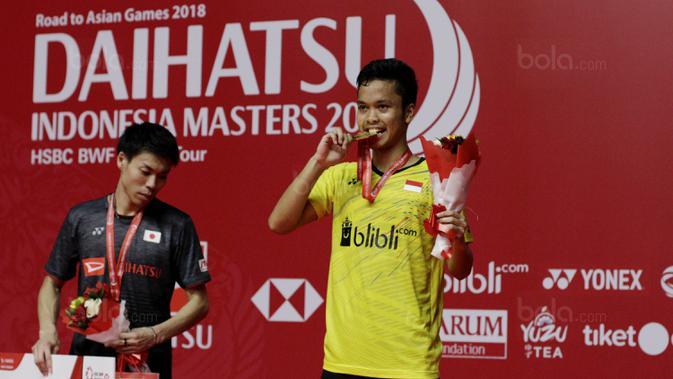 Tunggal putra Indonesia, Anthony Ginting, menggigit mendali usai menjuarai Indonesia Masters 2018 di Istora Senayan, Minggu (28/1/2018). Anthony Ginting menang 21-13 dan 21-12. (Bola.com/M Iqbal Ichsan)