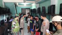 Satpol PP Kota Depok merazia sejumlah pelajar yang bermain game online saat jam pelaksanaan Pembelajaran Jarak Jauh (PJJ). (Liputan6.com/Dicky Agung Prihanto)