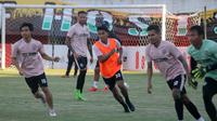 Pemain baru PSS, Samuel Christianson (rompi oranye), mulai berlatih bersama rekan-rekannya di Stadion Maguwoharjo, Sleman, Rabu (4/9/2019). (Bola.com/Vincentius Atmaja)