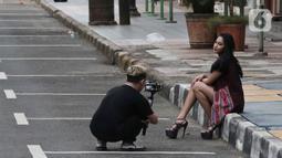 Warga melakukan pengambilan gambar di Kawasan Melawai, Jakarta, Minggu (31/5/2020). Penerapan masa Pembatasan Sosial Berskala Besar (PSBB) di DKI Jakarta dimanfaatkan oleh beberapa orang untuk mengambil gambar atau foto model. (Liputan6.com/Johan Tallo)