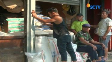 Kurang dari dua pekan memasuki bulan puasa, harga beras di pasar tradisional mulai naik. Namun pemerintah berjanji akan menekan harga pokok pada Ramadan tahun ini.