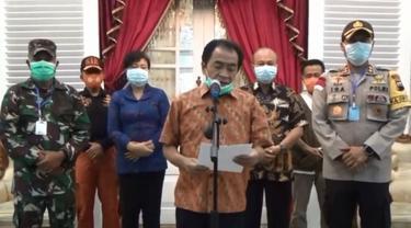 Bupati Banjarnegara, Budhi Sarwono mengumumkan perkembangan Covid-19. (Foto: Liputan6.com/Tangkapan layar/Muhamad Ridlo)