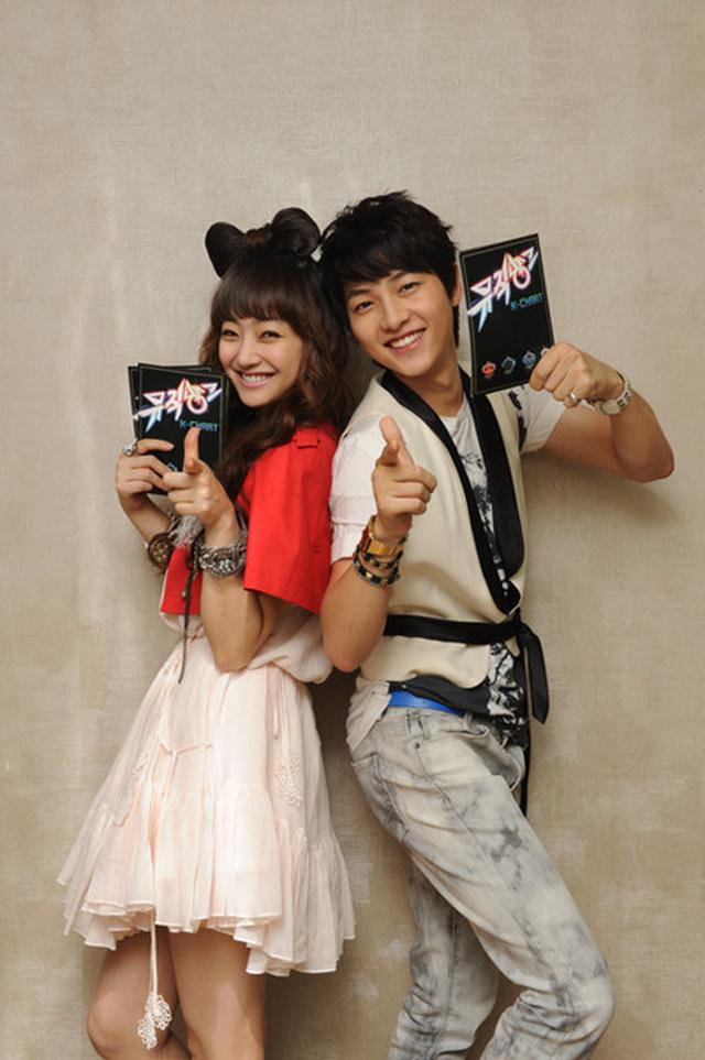 Song Joong Ki dalam Music Bank. (KBS via Hancinema)