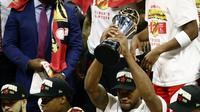 Bintang Toronto Raptors, Kawhi Leonard (bawa trofi) dinobatkan sebagai most valuable player (MVP) NBA Finals 2019, Jumat (14/6/2019). (AFP/Ezra Shaw)