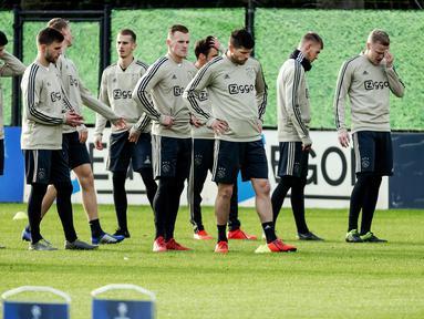 Para pemain Ajax Amsterdam berlatih jelang menjamu Real Madrid pada leg pertama babak 16 besar Liga Champions di De Toekomst di Ouder-Amstel, Amsterdam, Selasa (12/2). (Robin van Lonkhuijsen/ANP/AFP)