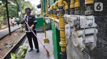 Petugas membersihkan area dekat instalasi jaringan gas PGN di Rusunawa Griya Tipar Cakung, Jakarta, Kamis (28/11/2019). Pada tahun 2020, Kementerian ESDM melalui PGN menargetkan 266.070 rumah tangga dan industri kecil di 49 kabupaten/kota tersambung jaringan gas bumi. (merdeka.com/Iqbal Nugroho)