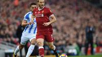 Bek Liverpool, Ragnar Klavan, tak gentar untuk bersaing dengan bek termahal yang baru diboyong klubnya, Virgil van Dijk. (AFP/Paul Ellis)