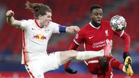 Pemain RB Leipzig, Marcel Sabitzer, berebut bola dengan penyerang Liverpool, Divock Origi, pada laga Liga Champions di Puskas Arena, Kamis (11/3/2021). Liverpool menang dengan skor 2-0. (AP/Laszlo Balogh)