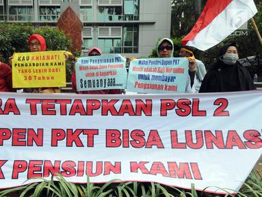Sejumlah karyawan pensiunan PT Pupuk Kaltim menggelar unjuk rasa di depan Kantor KPW Pupuk Kalitim di Jakarta, Selasa (31/7). Mereka menuntut pembayaran hak dana pensiun yang hilang 20 persen senilai Rp 229 miliar. (Merdeka.com/Dwi Narwoko)