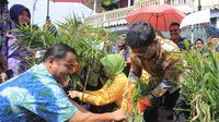 Warga tengah memaneng jahe di Tangerang. (Liputan6.com/Pramita Tristiawati)