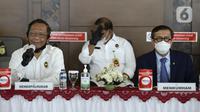 Menko Polhukam Mahfud MD (kiri) dan Menkumham Yasonna H Laoly menyampaikan keterangan terkait pemulangan buron Maria Pauline Lumowa di Bandara Soekarno-Hatta, Tangerang, Banten, Kamis (9/7/2020). Maria merupakan pembobol kas BNI Cabang Kebayoran Baru senilai Rp 1,2 triliun. (merdeka.com/Dwi Narwoko)