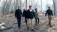 Presiden AS Donald Trump meninjau lokasi terdampak kebakaran di California (Jerry Loeb / AFP PHOTO)