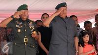 Mantan Presiden Susilo Bambang Yudhoyono ( SBY) saat menghadiri sertijab di Markas Yonif Mekanis 203, Tangerang (22/8/2015). Agus resmi menjabat Komandan Batalyon Infanteri Mekanis 203. (Liputan6.com/Helmi Afandi)