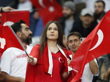 Suporter Turki mengibarkan bendera sebelum pertandingan melawan Prancis pada Grup H Kualifikasi Piala Eropa 2020 di Stade de France di Saint Denis, utara Paris (14/10/2019). Turki bermain imbang 1-1 atas Prancis. (AP Photo/Thibault Camus)
