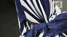 Tersangka praktik prostitusi saat rilis di Mapolda Metro Jaya, Jakarta, Rabu (8/8). Tiga tersangka mucikari yang diringkus menawarkan perempuan atau PSK melalui aplikasi We Chat dan Beetalk. (Merdeka.com/Iqbal Nugroho)