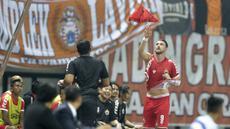 Striker Persija Jakarta, Marko Simic, mengganti baju yang robek saat melawan Selangor FA pada laga persahabatan di Stadion Patriot, Jawa Barat, Kamis (6/9/2018). Persija kalah 1-2 dari Selangor FA. (Bola.com/M Iqbal Ichsan)