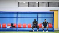 Penyerang Belgia, Romelu Lukaku bersama Eden Hazard saat mengikuti sesi latihan tim di Dedovsk, Moskow, (8/7). Belgia akan bertanding pada semifinal Piala Dunia 2018 melawan Prancis. (AFP Photo/Franck Fife)