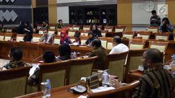 Suasana rapat pleno Komisi III DPR bersama terpidana kasus pelanggaran UU ITE sekaligus korban pelecehan seksual Baiq Nuril di Gedung Nusantara III, Jakarta, Rabu (23/7/2019). Rapat meminta tanggapan fraksi terkait surat pertimbangan amnesti dari Presiden Joko Widodo. (Liputan6.com/JohanTallo)