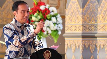 Heboh Foto Pria Jongkok Bersandal Jepit Kini Jadi Presiden RI