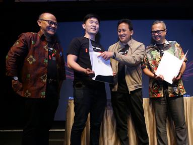 Kepala BEKRAF Triawan Munaf (tengah) dan Derek Hsu selaku CFO 88rising (kedua kiri) berbincang seusai penandatangan kerjasama antara Badan Ekonomi Kreatif (Bekraf) dan 88 Rising yang diselenggarakan di Jakarta, Rabu (24/4/2019). (Liputan6.com/HO/Randy)