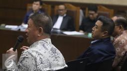 Aguan (kiri) dihadirkan guna memberikan keterangan untuk mantan Presdir PT Agung Pomoro Land, Ariesman Widjaja selaku terdakwa kasus pembahasan Raperda tentang Reklamasi Pantai Utara Jakarta, Rabu (27/7). (Liputan6.com/Immanuel Antonius)