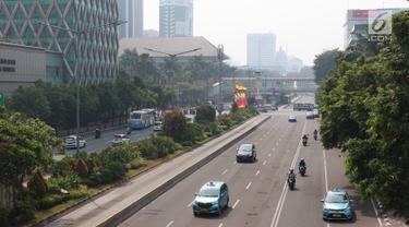 Sejumlah pengendara kendaraan bermotor melintasi Jalan MH Thamrin, Jakarta, Kamis (27/6/2019). Adanya rekayasa lalu lintas di sejumlah titik terkait sidang putusan Mahkamah Konstitusi menyebabkan jalan protokol di pusat kota itu lebih lengang dibanding hari biasa. (Liputan6.com/Immanuel Antonius)