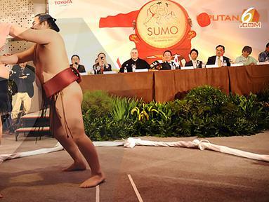 Pegulat Sumo memeragakan beberapa aturan yang dilarang. (Liputan6.com/Helmi Fithriansyah)