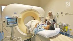 Pasien melakukan CT Scan di RS EMC Sentul, Jawa Barat, Sabtu (21/4). RS EMC memiliki alat pemeriksaan diagnaostic yang canggih dan kamar kualitas yang terbaik. (Liputan6.com/Herman Zakharia)