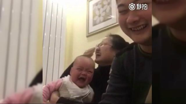 Rekaman Lucu Bayi Tertawa Geli Lihat Ayah Hitung Uang