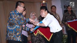 Atlet para atletik Indonesia, Insan Nurhaida saat menerima SK CPNS dari Menpora Imam Nahrawi (kiri) di Wisma Kemenpora, Jakarta, Selasa (2/4). 286 atlet berprestasi menerima SK pengangkatan sebagai CPNS di lingkungan Kemenpora. (Liputan6.com/Helmi Fithria