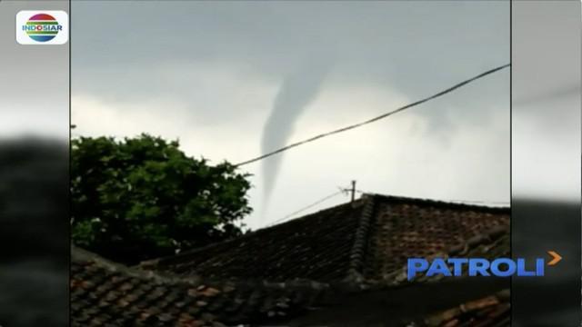Angin puting beliung di Bandung, Jawa Barat merobohkan pohon besar hingga merusak bangunan kios di sebelahnya.