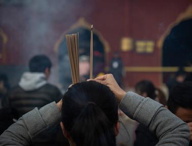 Harapkan Keberuntungan, Warga Beijing  Doa Bersama di Kuil Lama