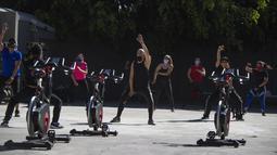 Aktivitas olahraga di luar ruangan di Mexico City pada 21 Januari 2021. Gimnasium di Mexico City beradaptasi dengan ruang terbuka dalam menghadapi lonjakan virus corona COVID-19. (Photo by CLAUDIO CRUZ / AFP)