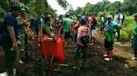 Para pekerja berkelompok begitu kedatangan harimau Bonita. Foto: (M Syukur/Liputan6.com)