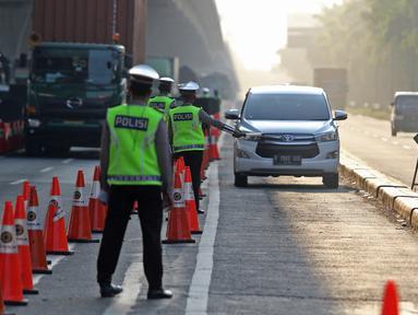 Polisi berjaga saat penyekatan di KM 31 Tol Jakarta-Cikampek, Kabupaten Bekasi, Jawa Barat, Sabtu (17/7/2021). Penyekatan dilakukan untuk mengantisipasi lonjakan lalu lintas jelang hari libur Idul Adha. (Liputan6.com/Herman Zakharia)