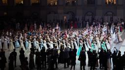 Siswa sekolah militer menari saat pesta tahunan Cadet Ball di Moskow, Rusia, Selasa (17/12/2019). Cadet Ball memadukan patriotisme dengan keagungan gaya kekaisaran. (AP Photo/Pavel Golovkin)