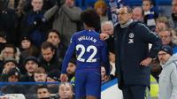 Pelatih Chelsea, Maurizio Sarr menarik keluar gelandang Willian selama pertandingan melawan Southampton pada lanjutan Liga Inggris di Stamford Bridge, London (2/1). Chelsea berada di posisi keempat klasemen dengan poin 44. AP Photo/Frank Augstein)