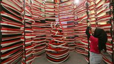 Pengunjung sedang berpose pada instalasi seni dalam pameran seni KARYA KITA di Senayan City, Jakarta, Jumat (16/8/2019). Menyambut HUT Kemerdekaan RI, Taco Group bekerjasama dengan Senayan City menghadirkan pameran seni yang mengusung tema Mosaic of Diversity. (Liputan6.com/Fery Pradolo)